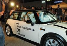 BMW MINI に21人乗り込む記録3