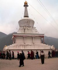 仏塔を回る人々