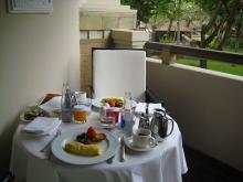 バルコニーで朝食