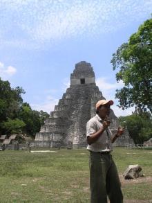 ティカル遺跡で説明するローカルガイド