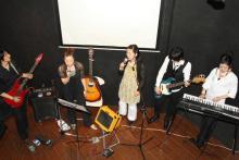 エンディングを歌うメンバー