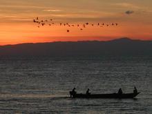夕焼けと鳥と漁船