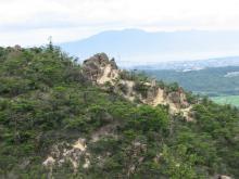 奇岩の向こうの琵琶湖