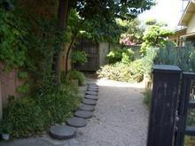 玄関へ続く丸石