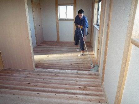 松島匠建の建てる木の家 「太田生品の家」Web日誌-床拭き