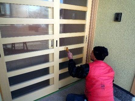 松島匠建の建てる木の家 「太田生品の家」Web日誌-玄関引き戸塗装