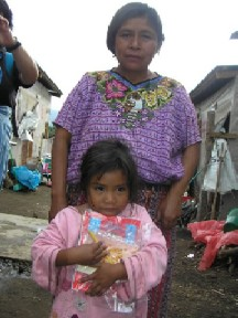 豪雨被害で孤児になった子供