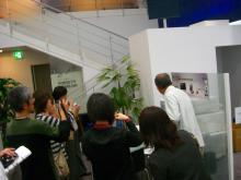 写真撮影する参加者