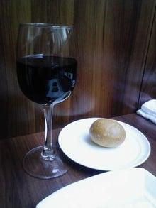 ビンボー暇なし節約したいなー-グラスに入った赤ワイン