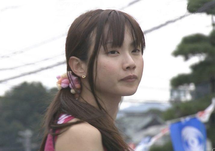 遠くをみる表情の湯田友美