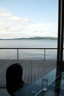 カルマンギアのある生活-海辺のテーブル