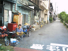 歩き人ふみの徒歩世界旅行 日本・台湾編-踏み切り横で休憩