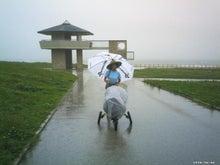 歩き人ふみの徒歩世界旅行 日本・台湾編-ビーチパラソルをさす女