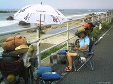 歩き人ふみの徒歩世界旅行 日本・台湾編-海岸でねぎを切る女
