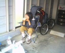 歩き人ふみの徒歩世界旅行 日本・台湾編-ガレージで昼食中