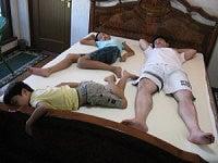 トゥルースリーパー プレミアム 格安 激安 大竹家の口コミ クイーンサイズ-トゥルースリーパープレミアムに寝転ぶ家族s