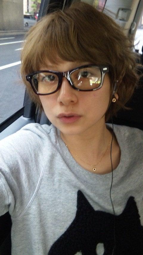 車の中で眼鏡をかけて音楽を聴く大塚千弘