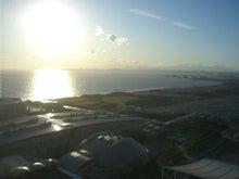 夜景と海の見えるオフィスで働く人事のblog