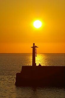 毎日はっぴぃ気分☆-防波堤灯台と朝陽