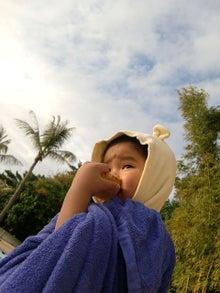 おかずブログ-プール上がりに「亀せん」を食べるクマ