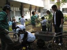 緑化推進事業の活動報告-1107堆肥移動中01