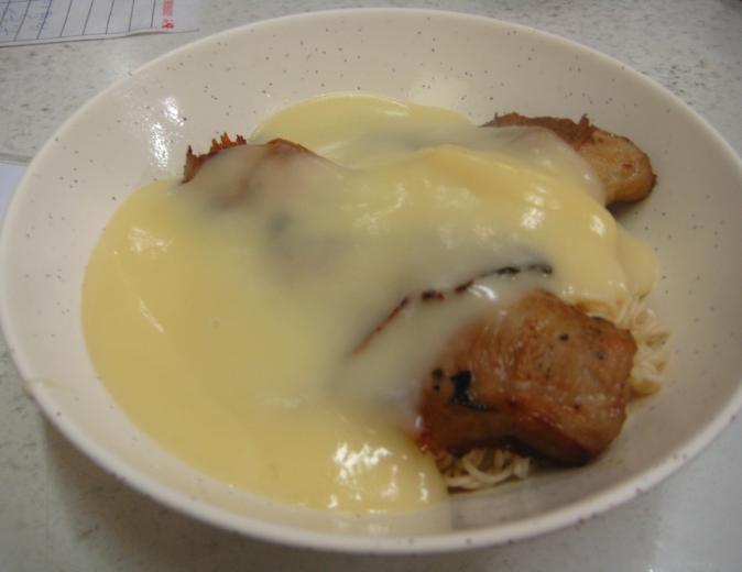 ほう★とうのブログ-新記餐廳_豬頸肉芝士汁撈公仔麵