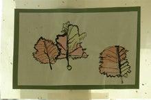 我が家のちびっこギャング-落ち葉の絵