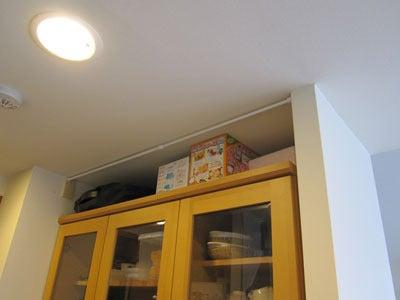 のほほん日記 in 大阪-食器棚の上 つっぱり棒