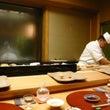 寿司屋のカウンター付…