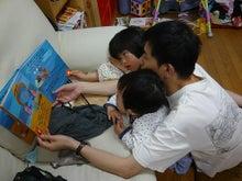 Grumpy Monkey(不機嫌なおさるさん)の観察日記-reading book with gm n mini may09