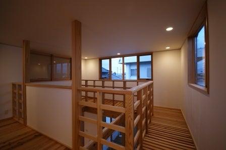 徳島県で家を建てるならサーロジック-杉材の吹抜けと回廊