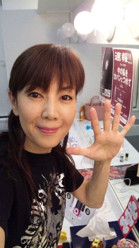 ポーズを取る戸田恵子