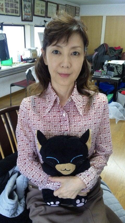 人形を抱きしめる戸田恵子
