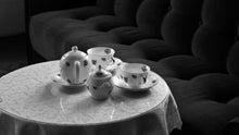 ハーブとバラの陶器-聖家族・モノクロ