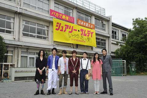 小栗監督とゆかいな仲間たちオフィシャルブログ「シュアリー・サムデイ」Powered by Ameba-校舎をバックに。