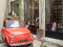 パリジェンヌまでのDistance-赤い車