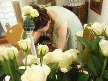 花嫁のためのウェディングブーケ-白いバラのブーケ