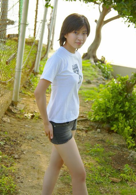 カジュアルファッションが初々しい南沢奈央