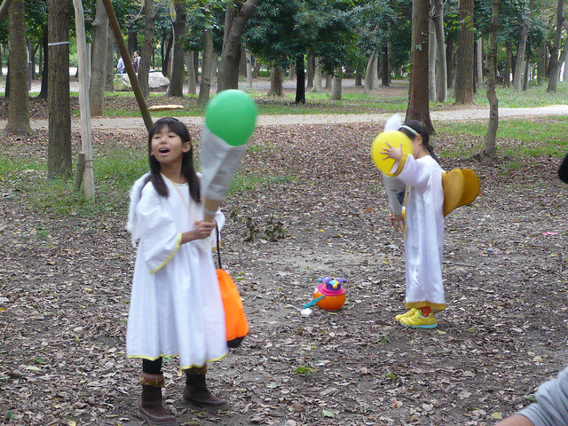 Grumpy Monkey(不機嫌なおさるさん)の観察日記-carrying balloon