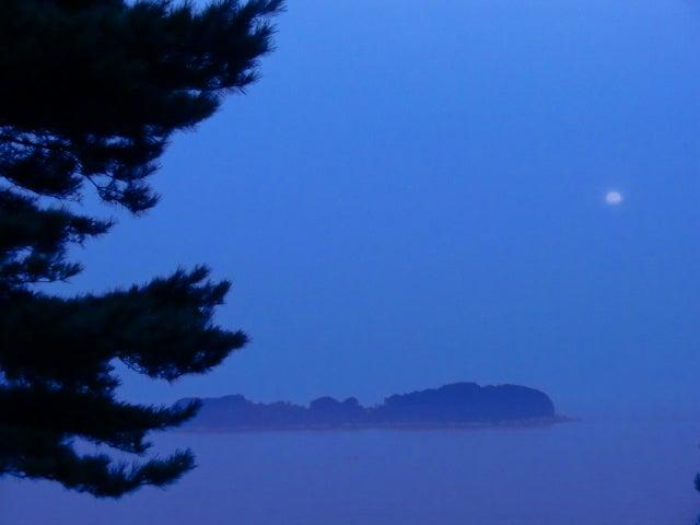 三陸の海と月