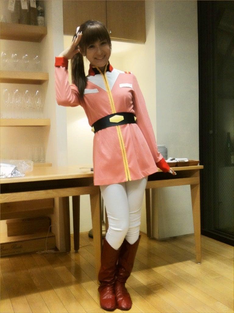 ガンダムの衣装を着て敬礼をする椿姫彩菜