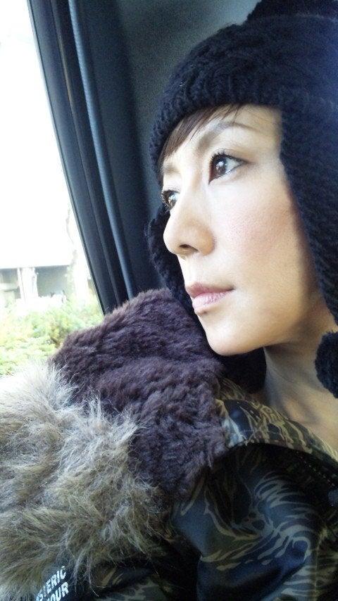 外を眺める戸田恵子