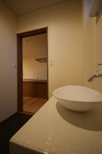 徳島県で家を建てるならサーロジック-陶器洗面ボウル&タイル貼カウンター
