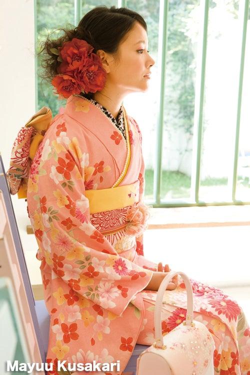桃色の綺麗な着物に赤い髪飾りをつける横顔も美しい草刈麻有