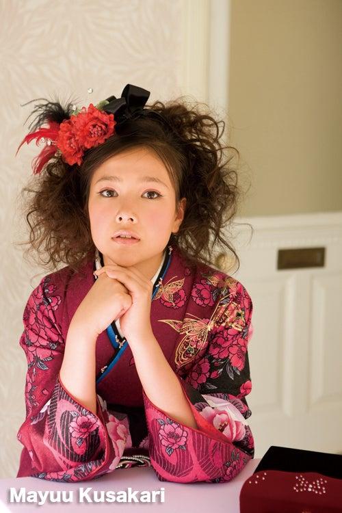 ふんわりとした髪の毛に落ち着いた色の着物を着る草刈麻有