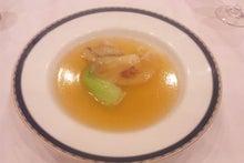 エドのおちゃめなニョッキ-吉切鮫のひれの煮込み、青菜添え