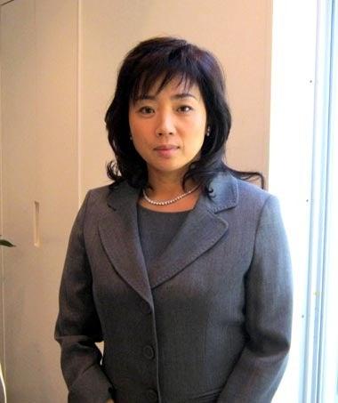 スーツ姿が素敵な現在の藤吉久美子