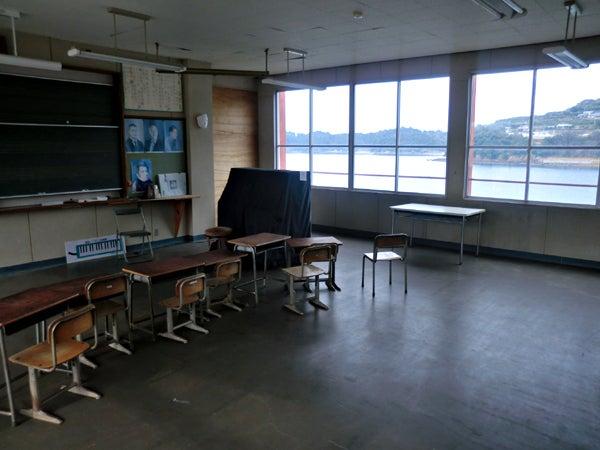 廃校になった、日本で唯一海の上に浮かぶ小学校「赤崎小学校」(熊本県葦北郡津奈木町)跡地をめぐる。
