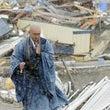 被災地で祈る僧侶