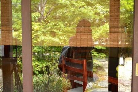 ガラス越しにうつる日本庭園を撮る、ワタシを撮る
